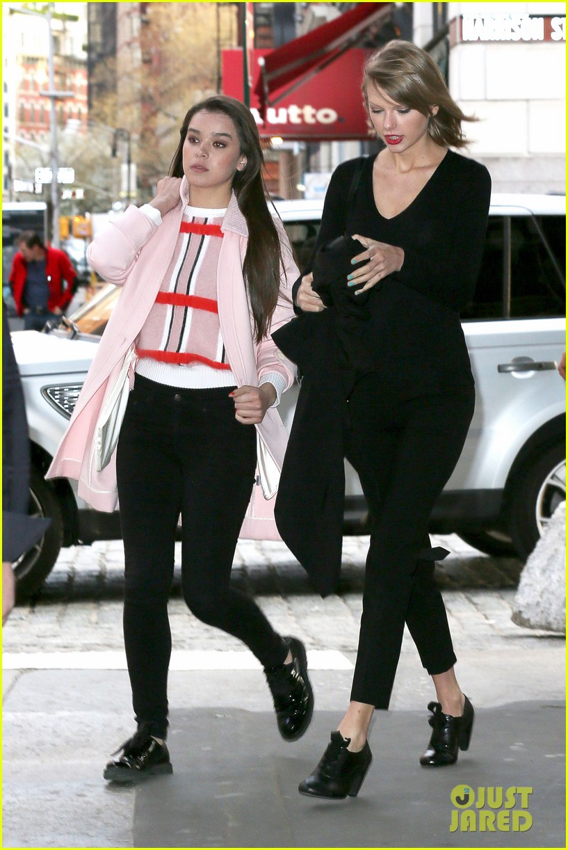 taylor swift hailee steinfeld get caught in the wind 153100559