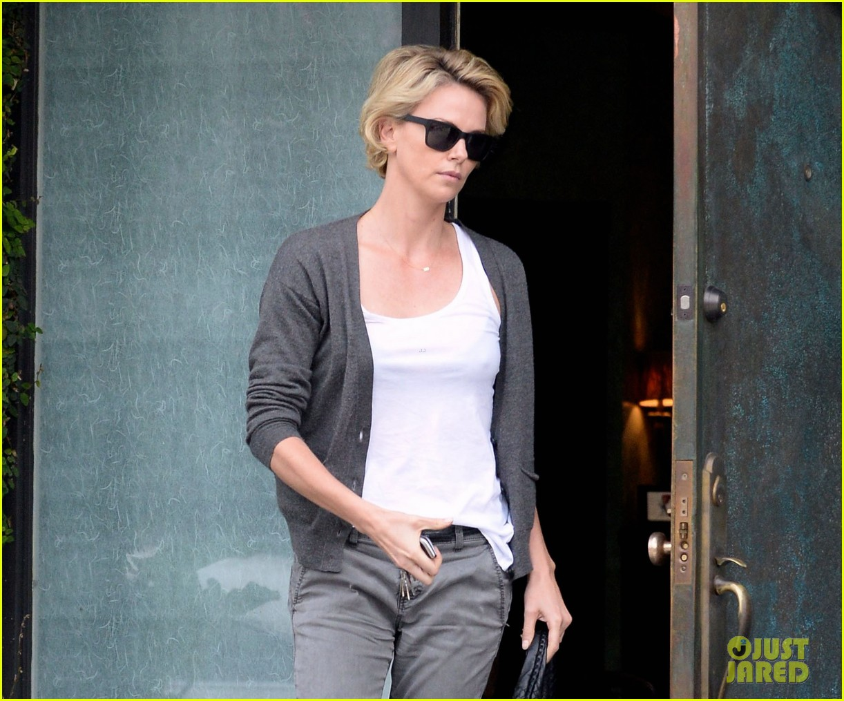 charlize theron emerges after exciting sean penn movie news 01