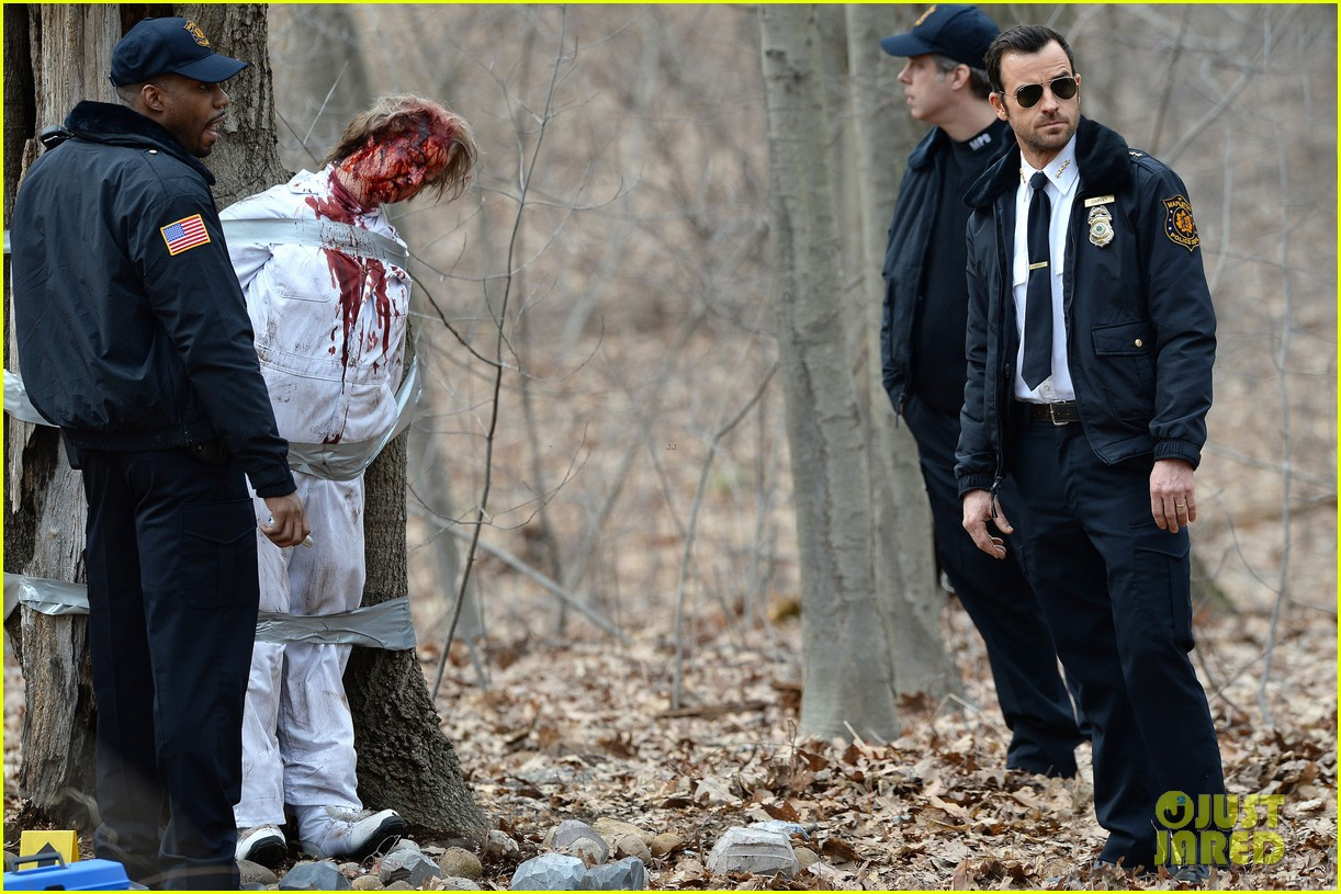 justin theroux looks all kinds of good in his police uniform for the leftovers 023083301