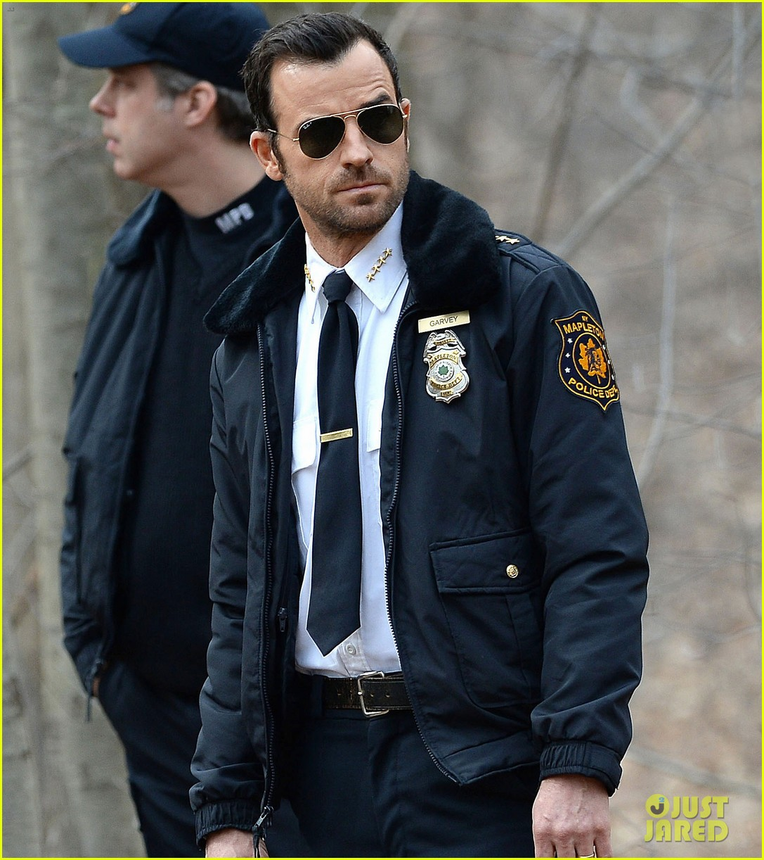 justin theroux looks all kinds of good in his police uniform for the leftovers 043083303