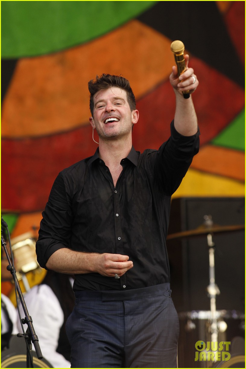 robin thicke strums microphone stand like a guitar 023100508