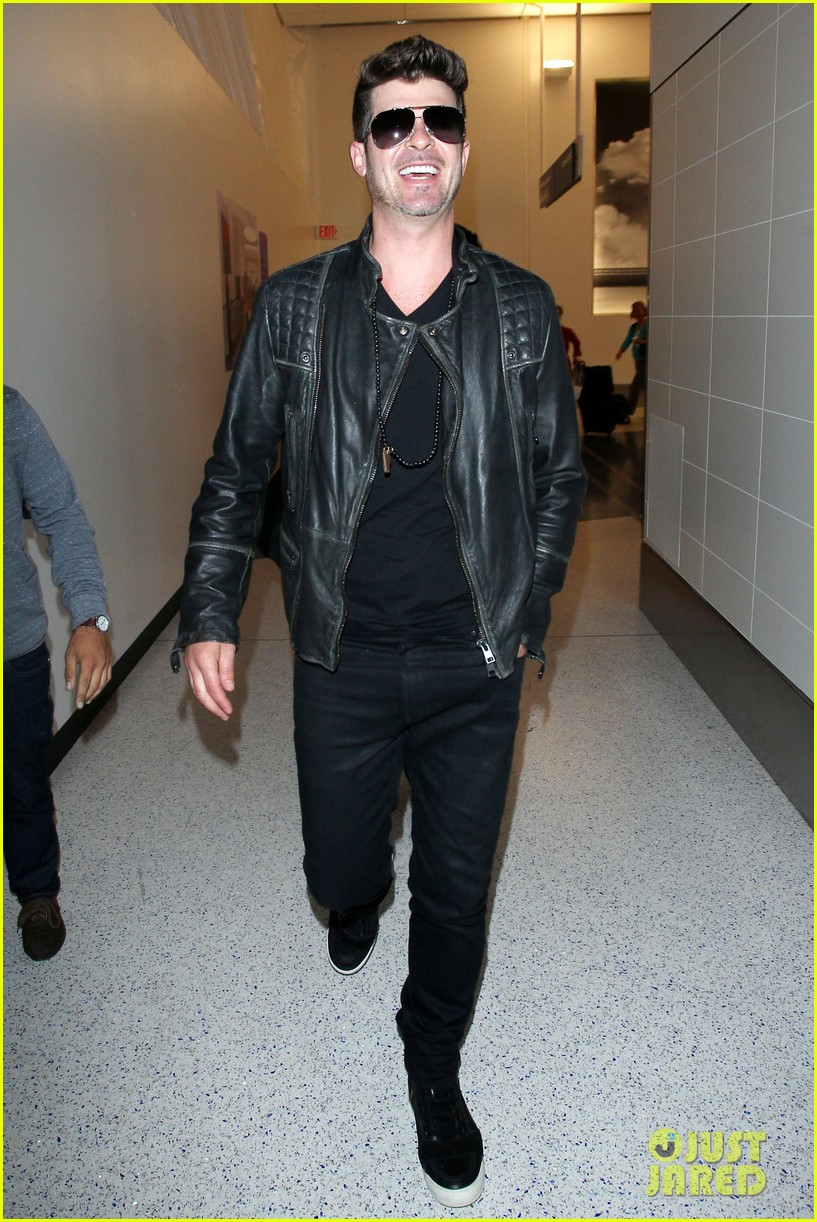 robin thicke strums microphone stand like a guitar 053100511