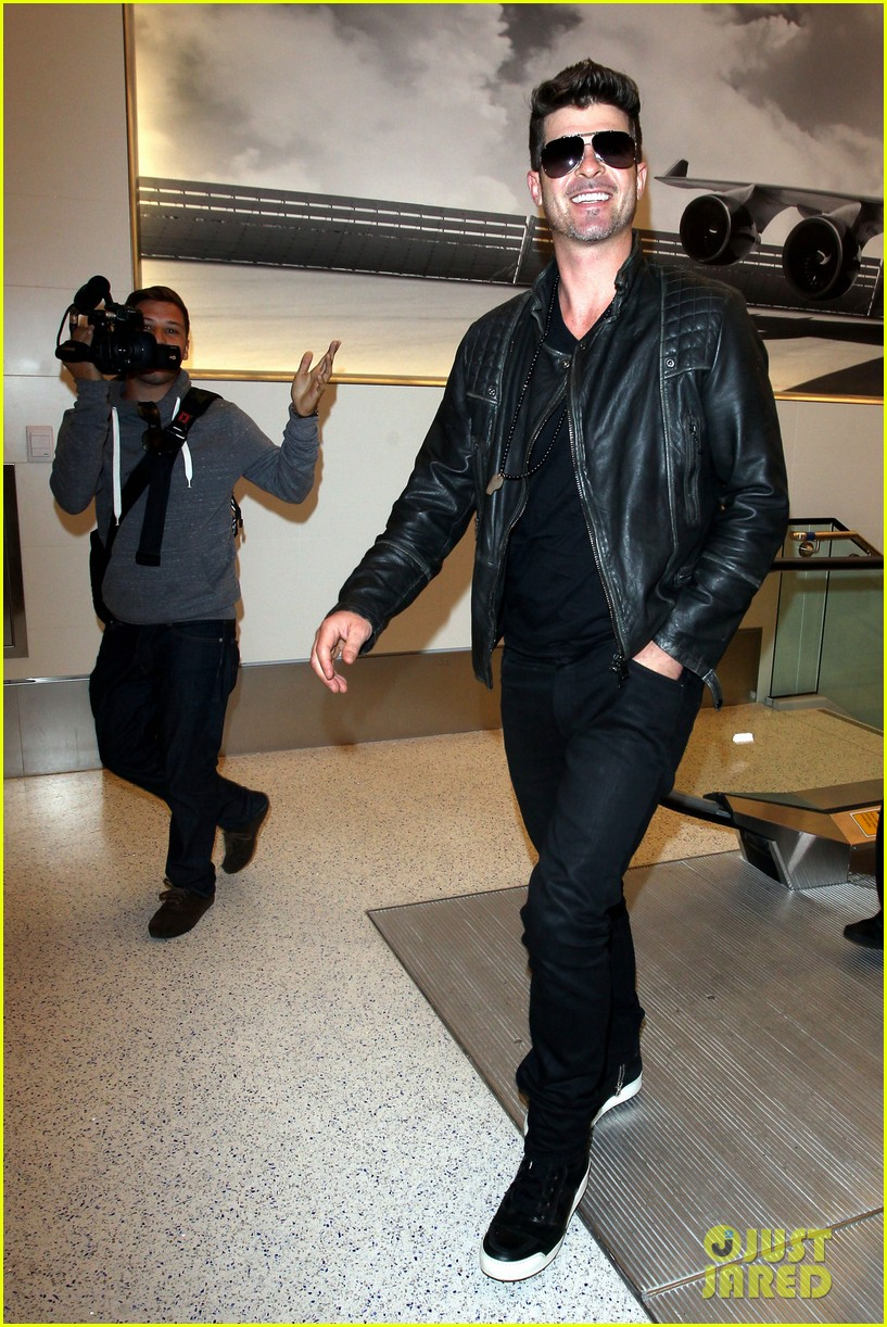 robin thicke strums microphone stand like a guitar 113100517