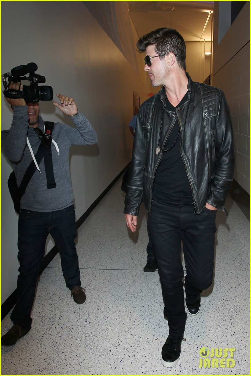 robin thicke strums microphone stand like a guitar 153100521