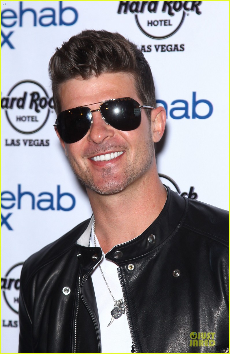 robin thicke shirt off at vegas pool party 023089832