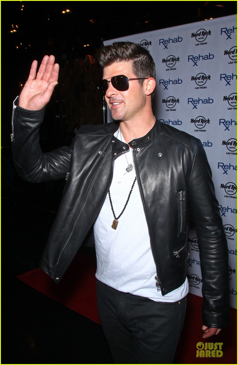robin thicke shirt off at vegas pool party 043089834