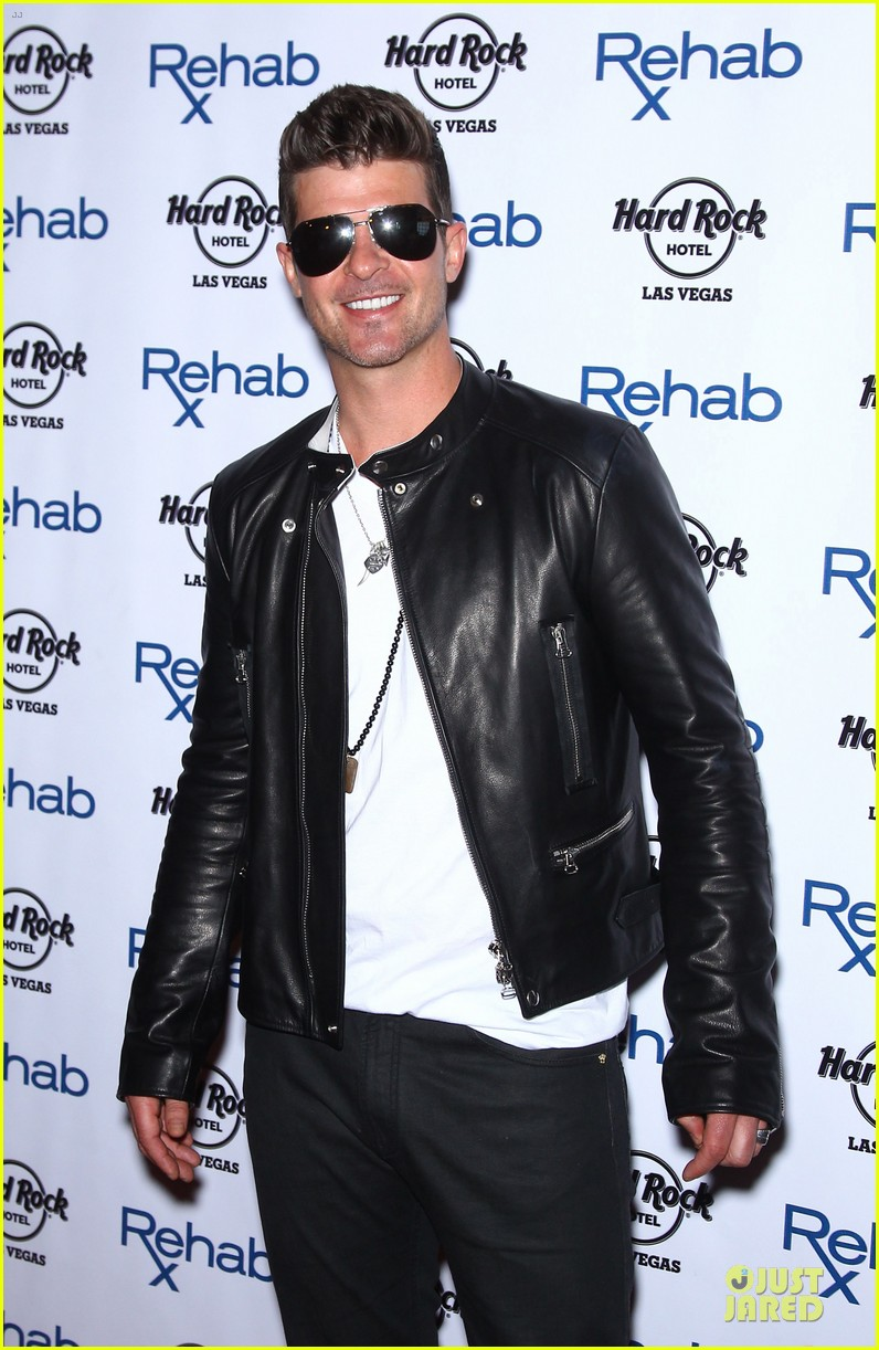 robin thicke shirt off at vegas pool party 083089838