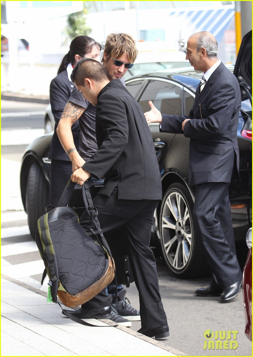 keith urban catches flight to make it back for american idol tonight 01