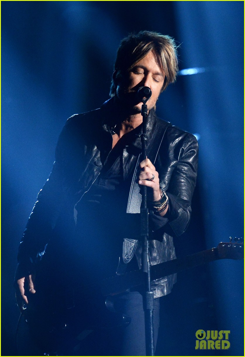 keith urban sings even stars fall 4 u at acm awards 2014 video 013085955