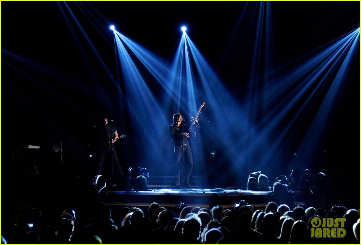 keith urban sings even stars fall 4 u at acm awards 2014 video 02