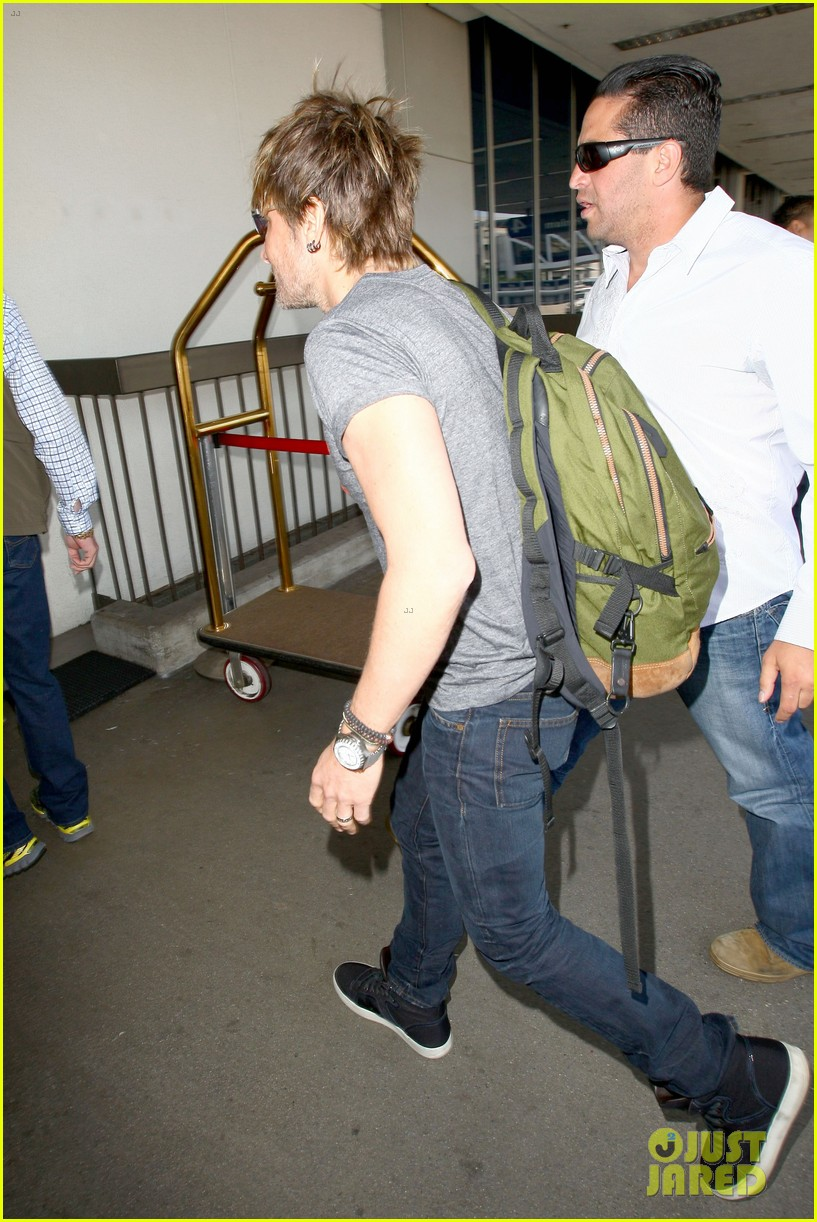 keith urban takes off for nashville acm awards 2014 053084744