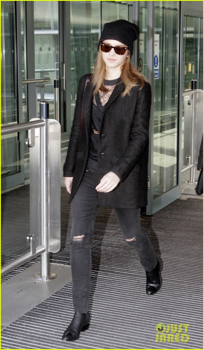 emma watson flies back to london after quick new york trip 033096073
