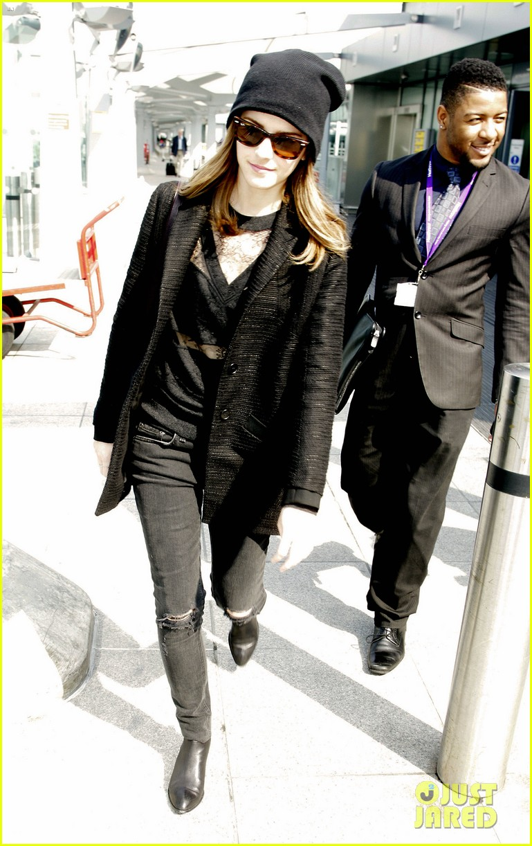 emma watson flies back to london after quick new york trip 05