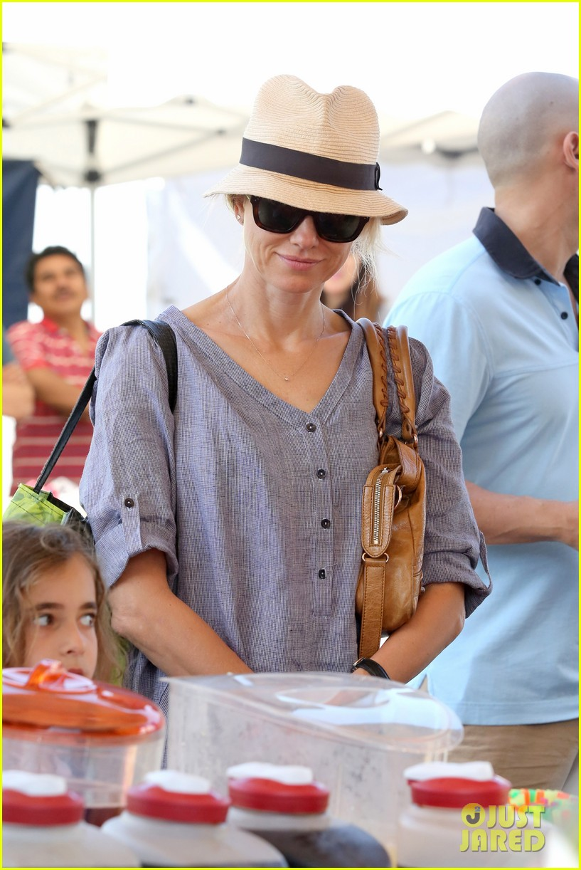 naomi watts rocks a baggy shirt dress for easter sunday shopping 023095823