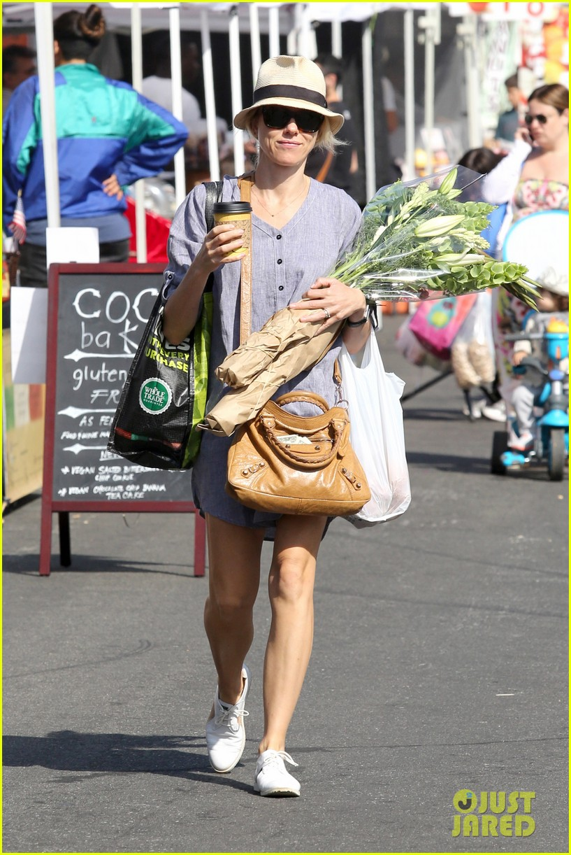 naomi watts rocks a baggy shirt dress for easter sunday shopping 063095827