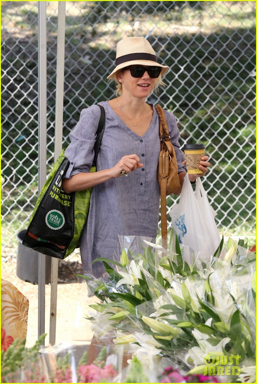 naomi watts rocks a baggy shirt dress for easter sunday shopping 083095829