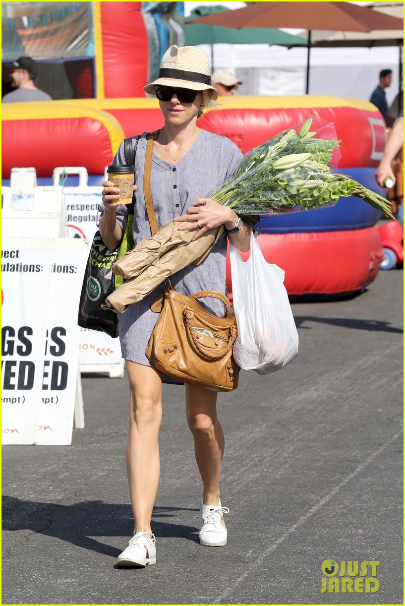 naomi watts rocks a baggy shirt dress for easter sunday shopping 093095830