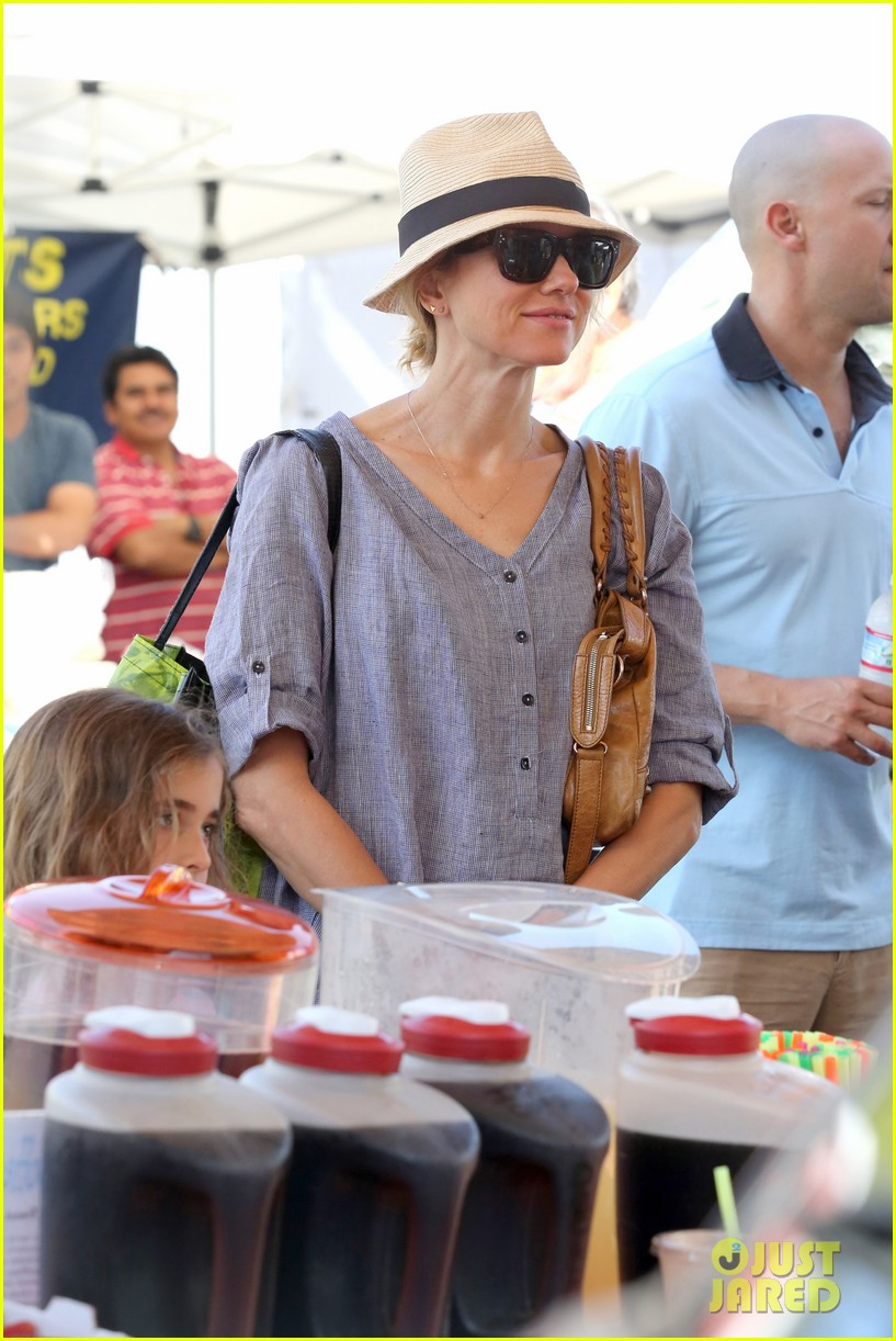 naomi watts rocks a baggy shirt dress for easter sunday shopping 123095833