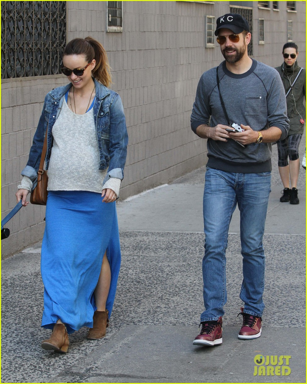 olivia wilde growing baby bump dog walk 013092175