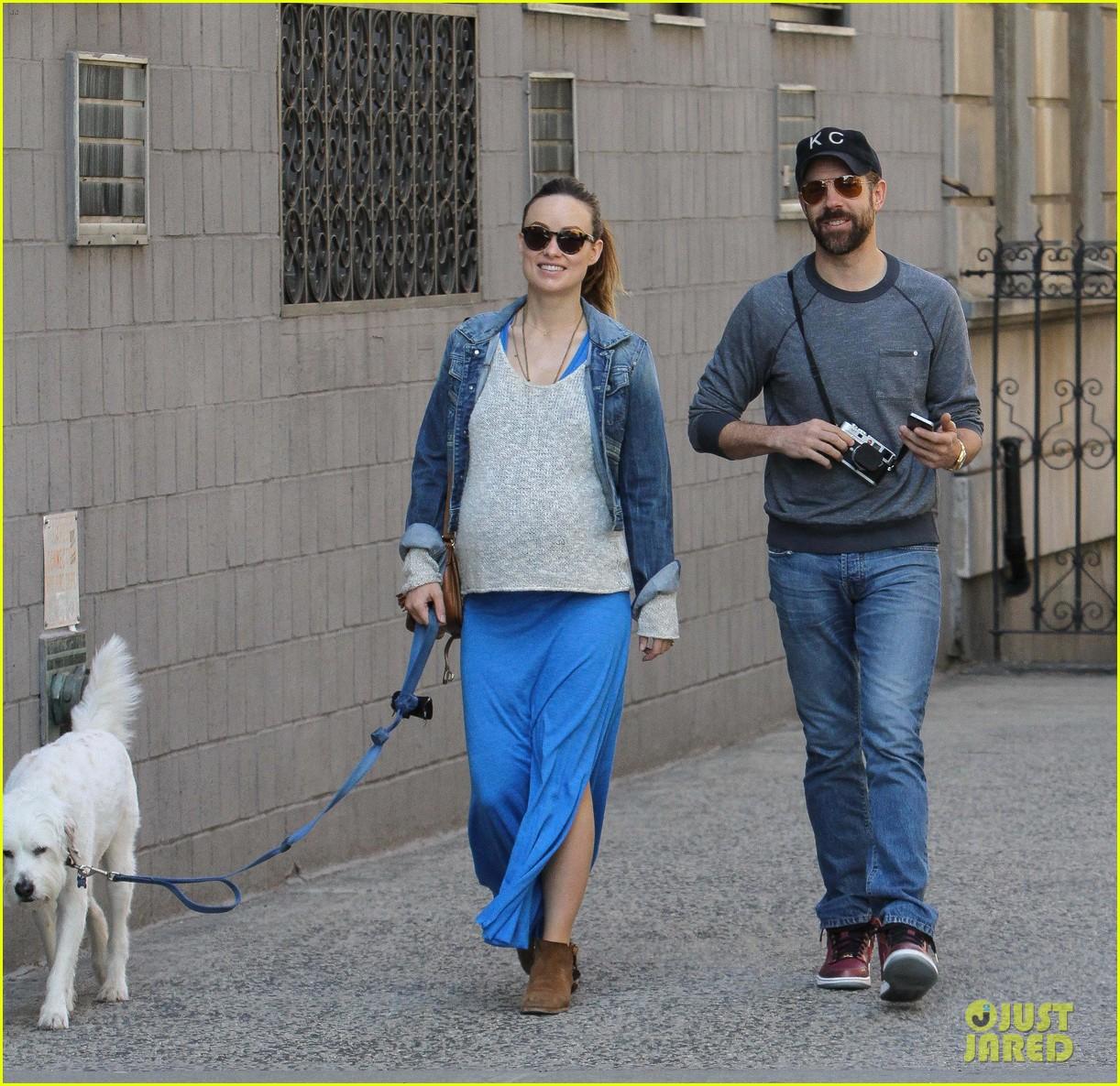 olivia wilde growing baby bump dog walk 04