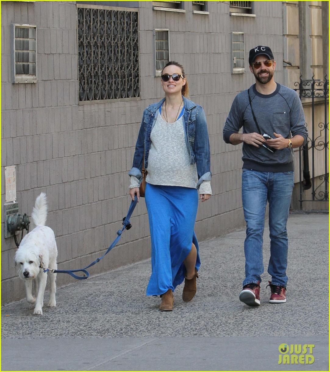 olivia wilde growing baby bump dog walk 063092180
