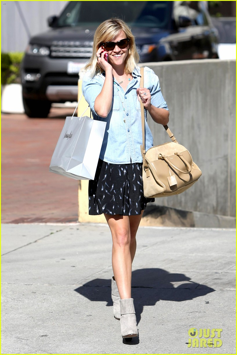 reese witherspoon makes a funny face at pals birthday party 013101090