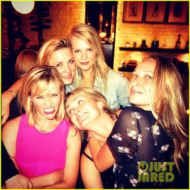 reese witherspoon makes a funny face at pals birthday party 023101091