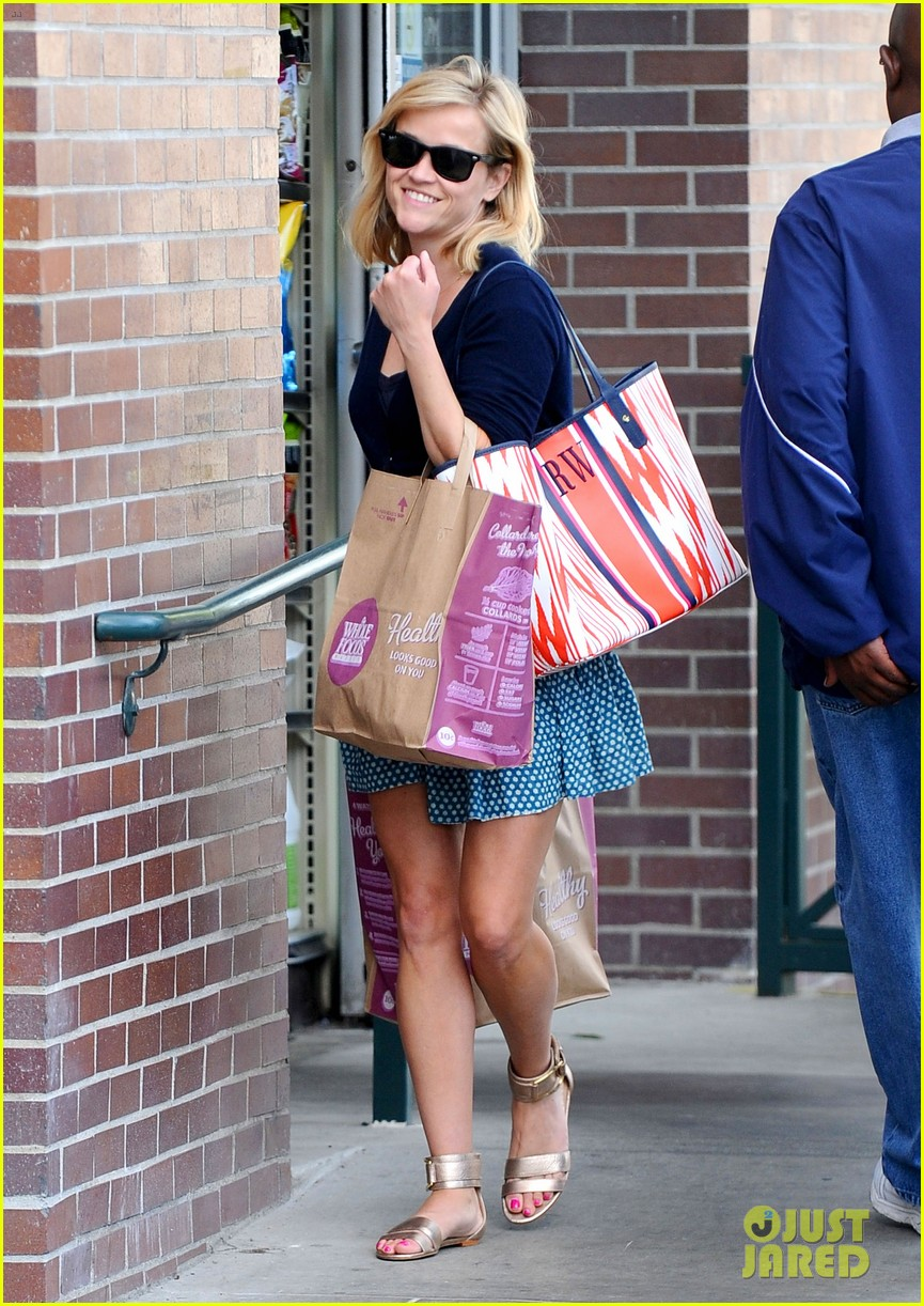 reese witherspoon makes a funny face at pals birthday party 03