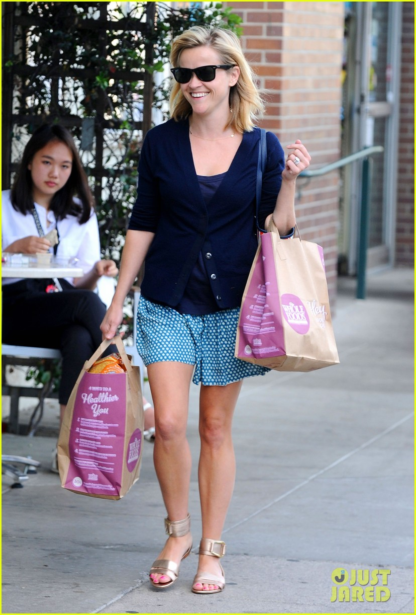 reese witherspoon makes a funny face at pals birthday party 053101094