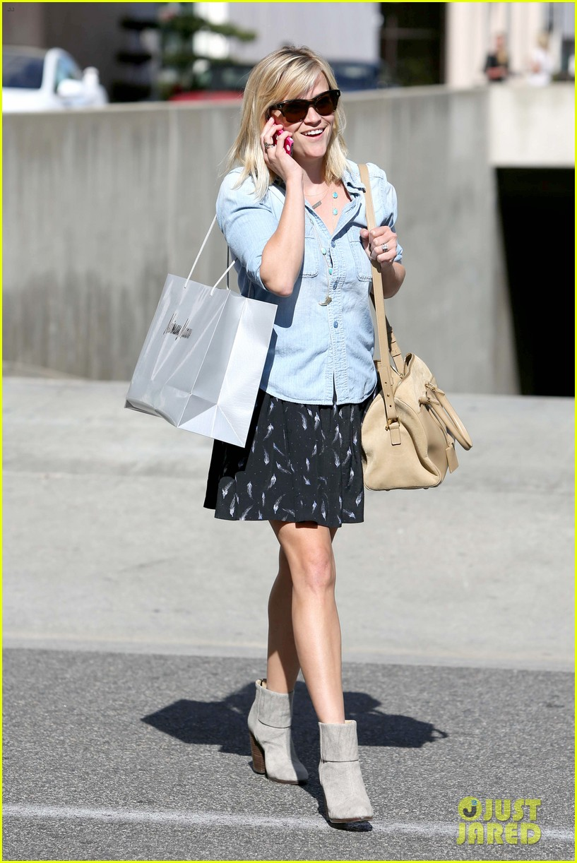 reese witherspoon makes a funny face at pals birthday party 073101096