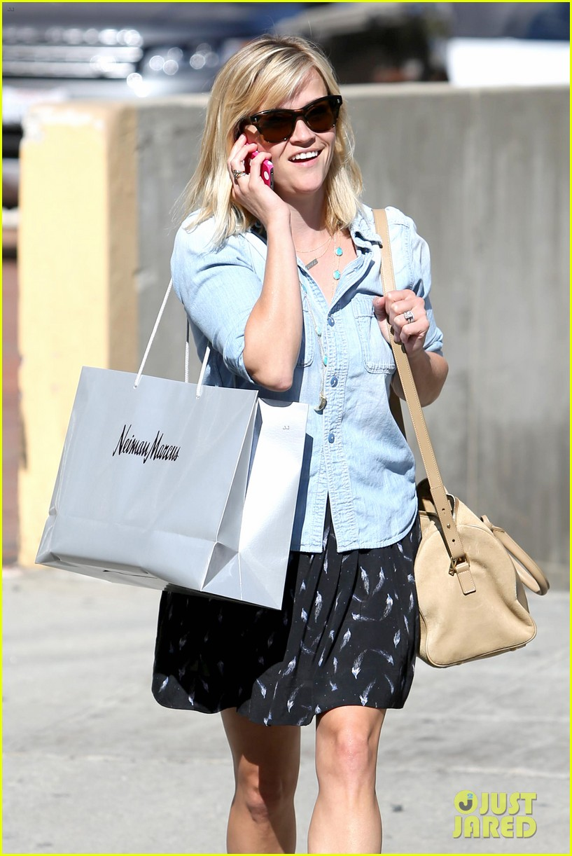 reese witherspoon makes a funny face at pals birthday party 103101099