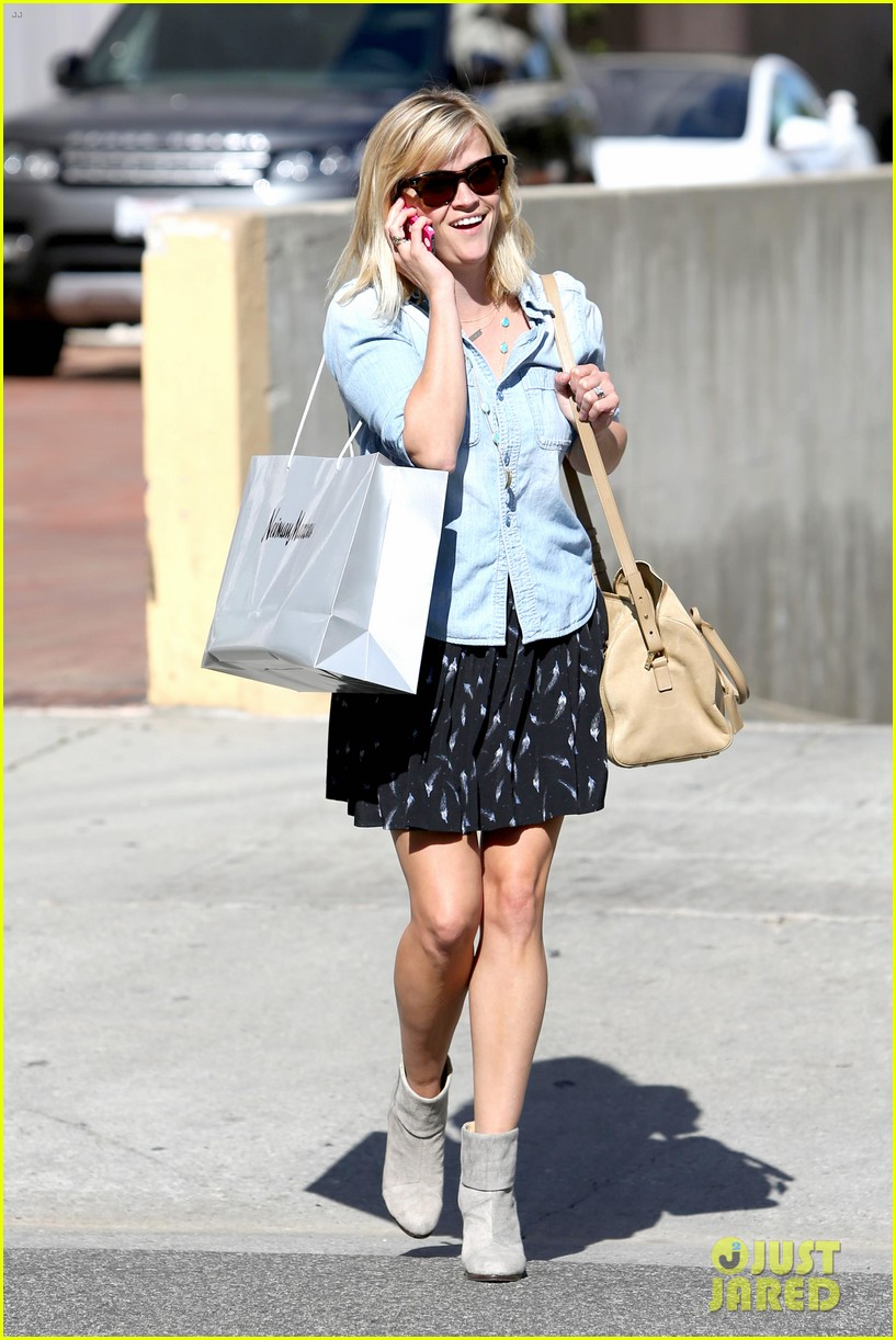 reese witherspoon makes a funny face at pals birthday party 113101100