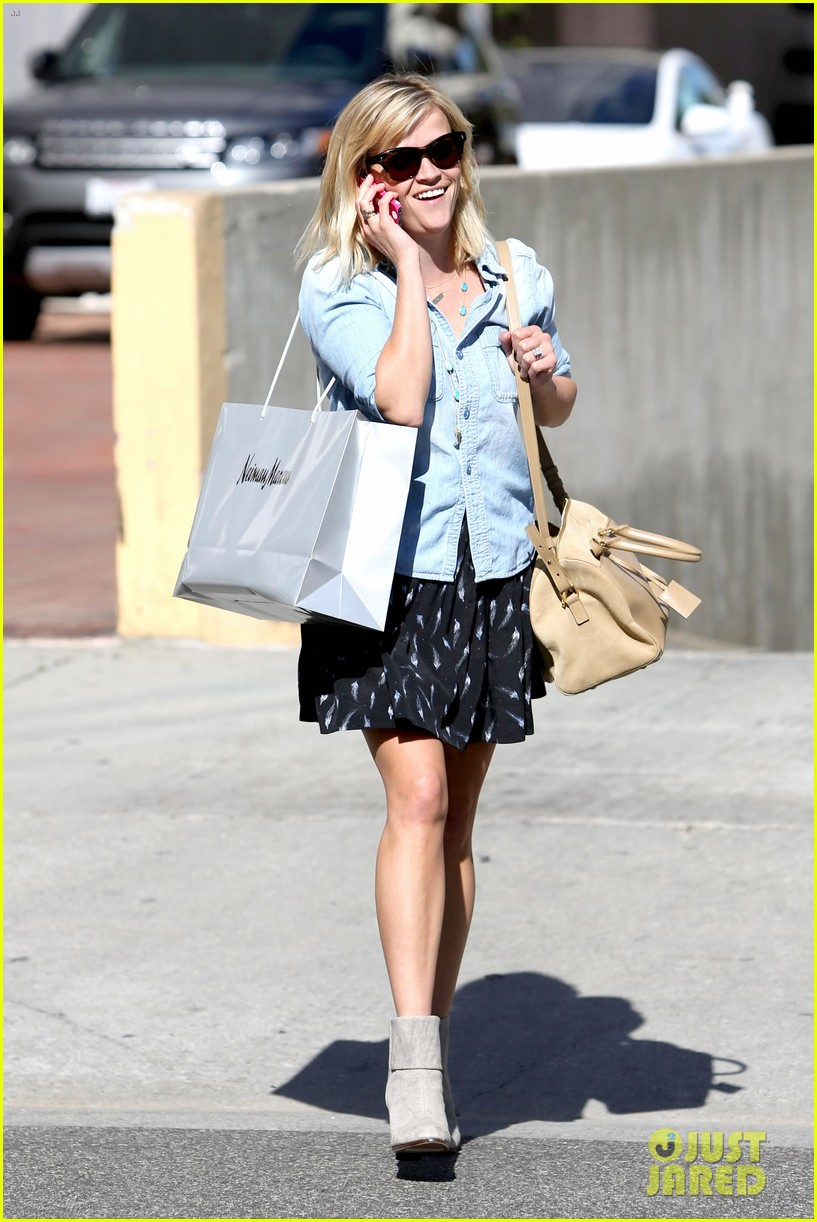 reese witherspoon makes a funny face at pals birthday party 123101101
