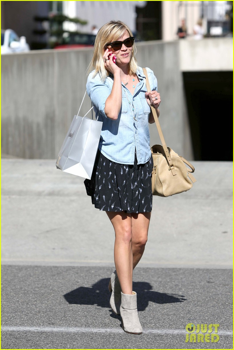 reese witherspoon makes a funny face at pals birthday party 133101102