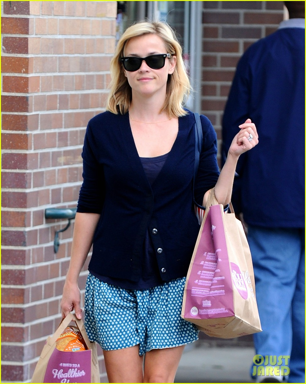 reese witherspoon makes a funny face at pals birthday party 223101111