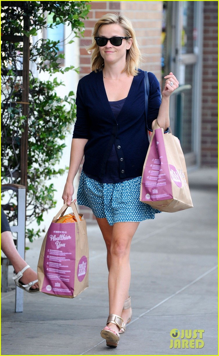 reese witherspoon makes a funny face at pals birthday party 233101112