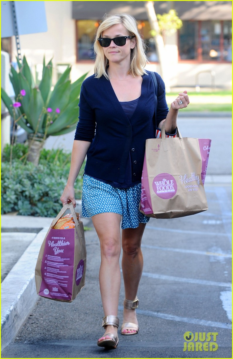 reese witherspoon makes a funny face at pals birthday party 283101117