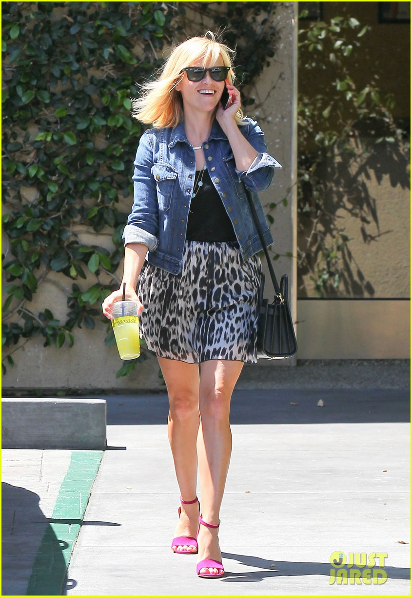 reese witherspoon cant stop smiling 01