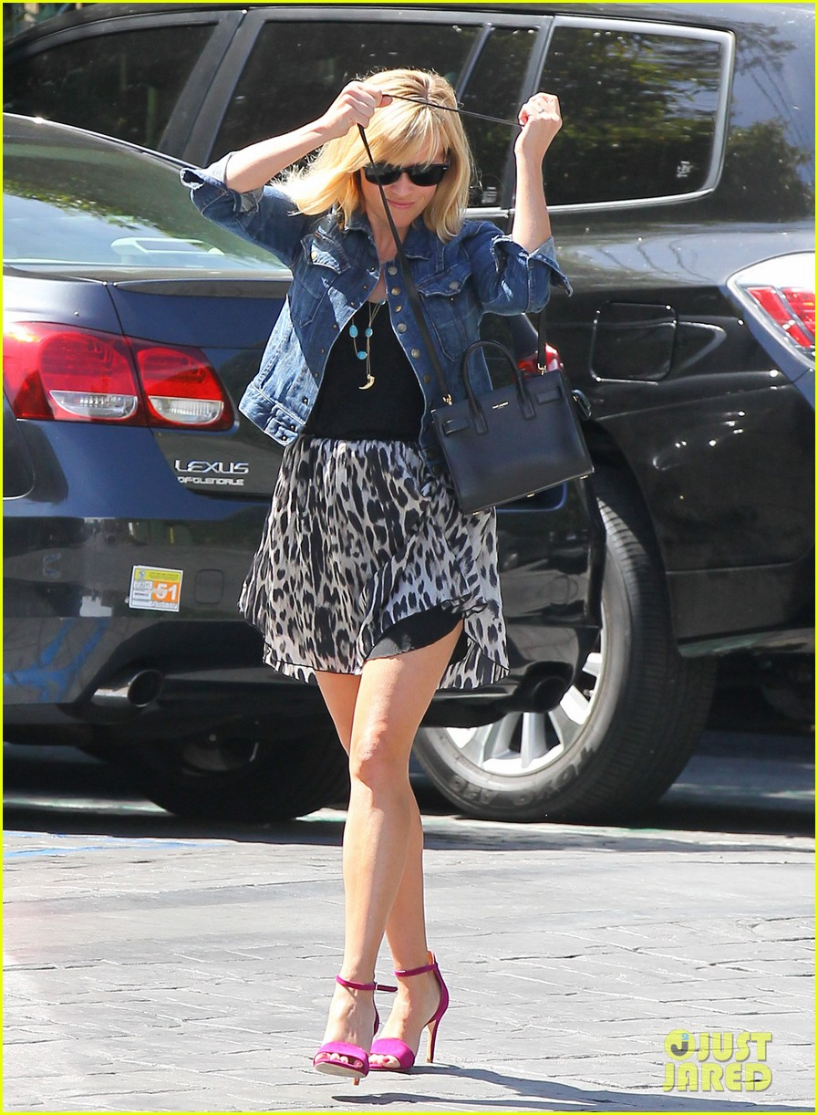 reese witherspoon cant stop smiling 093088992