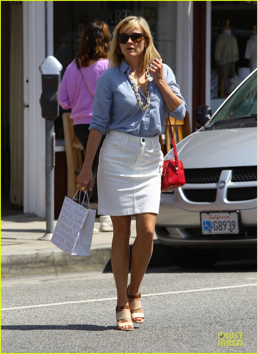 reese witherspoon epitome of spring fashion 053087065