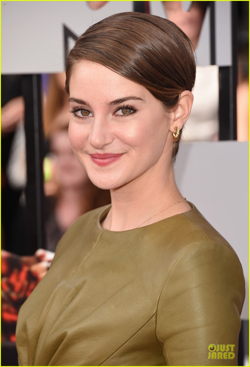 shailene woodley bares midriff at mtv movie awards 02