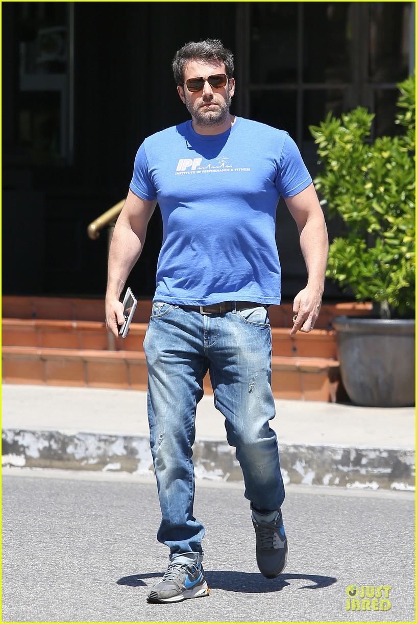 ben affleck buff body in tight tee 03