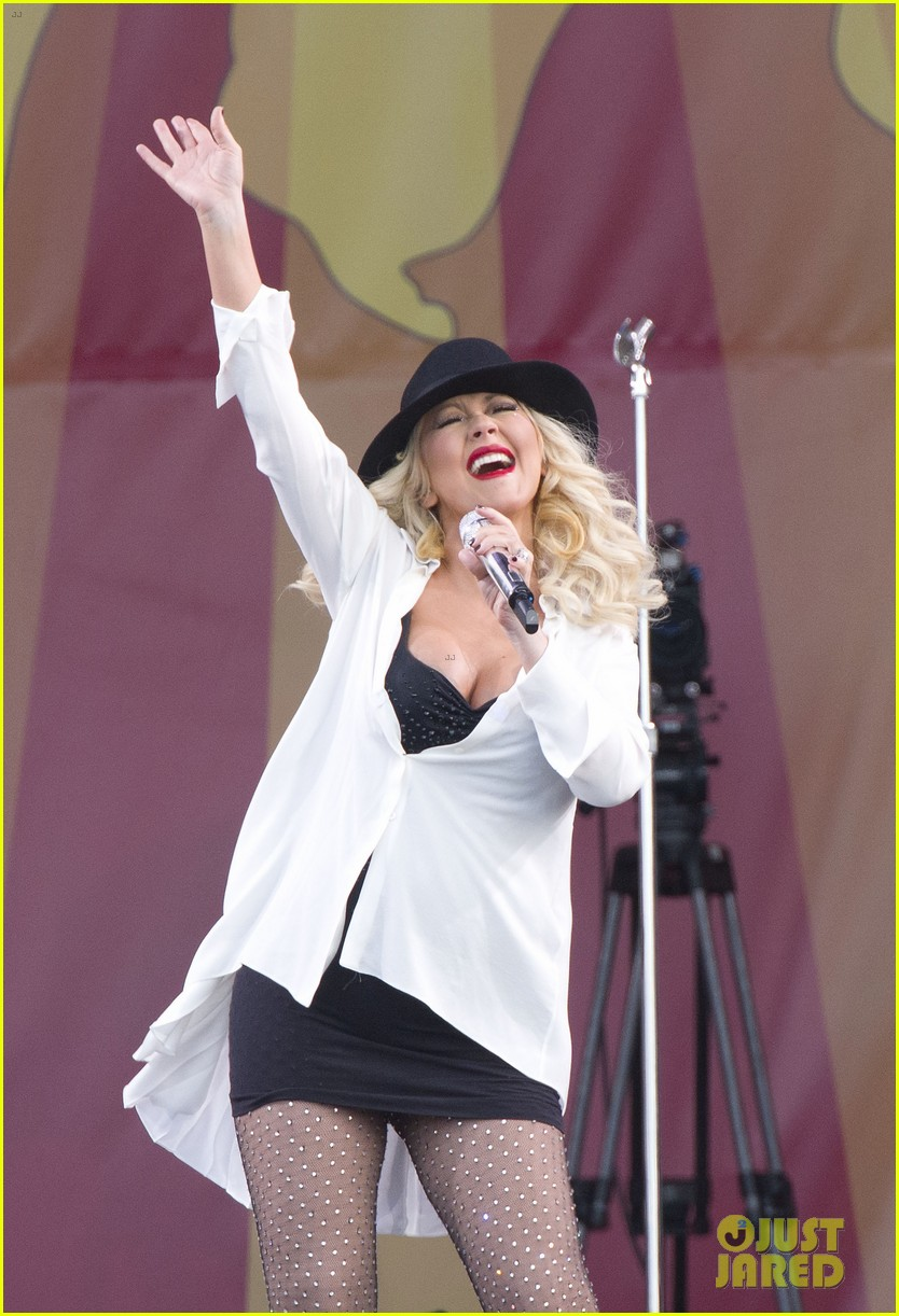 pregnant christina aguilera performs at new orleans jazz heritage festival 053104116