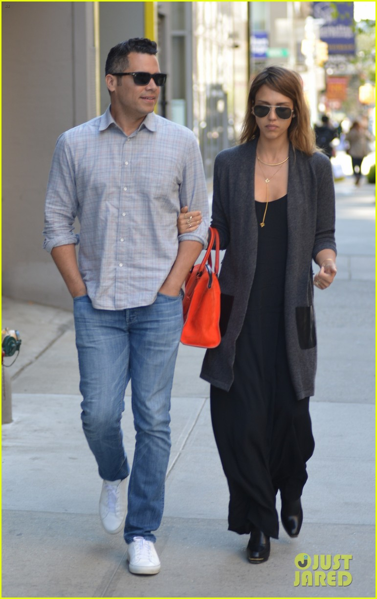 jessica alba her hubby stroll around before met ball 343105841