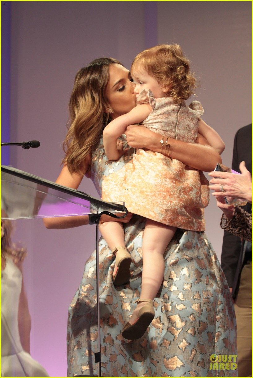 jessica alba mother of the year at luncheon 123109737