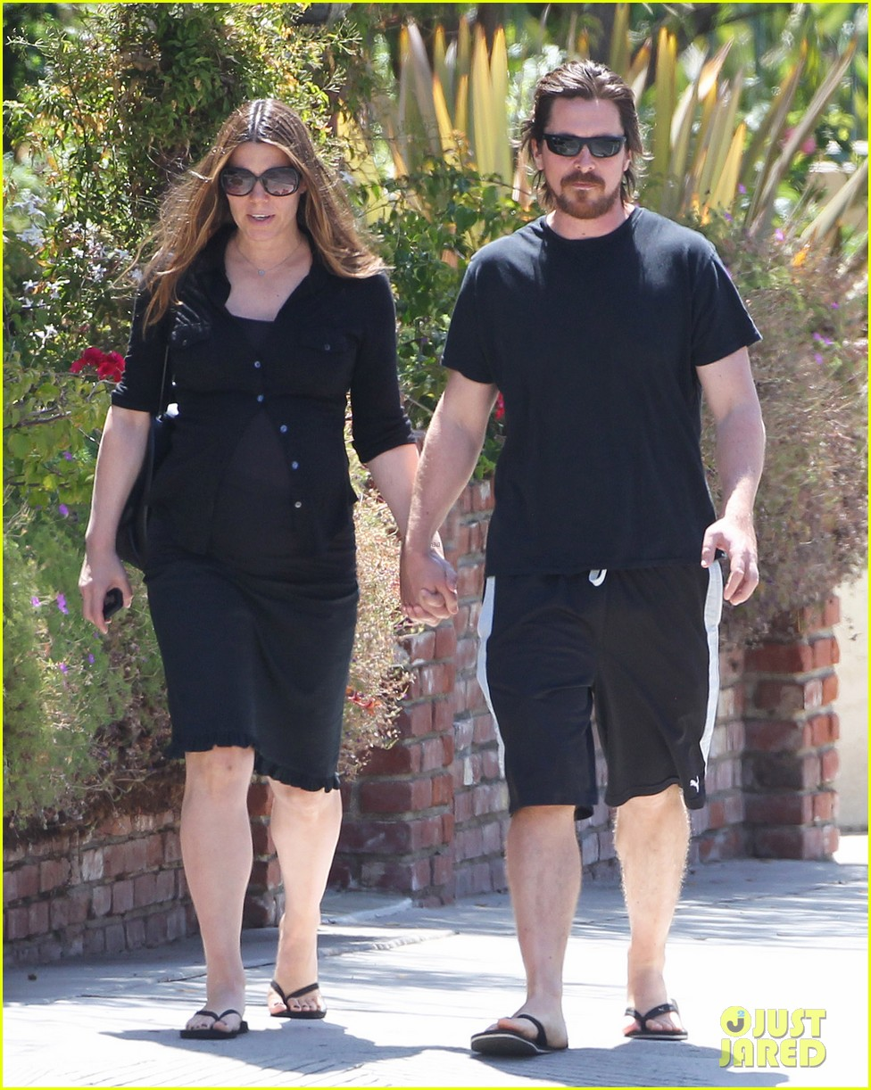 christian bale pregnant wife sibi hold hands 07
