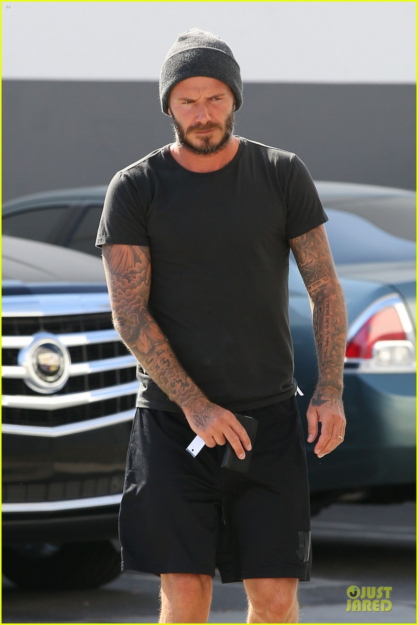 david beckham hiding something using smart phone 043123675
