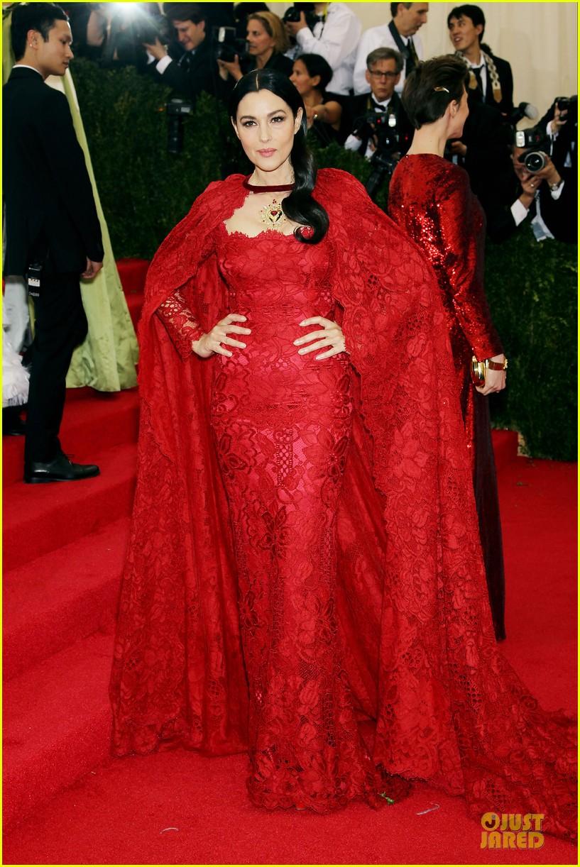 monica bellucci red cape met ball 2014 013106710