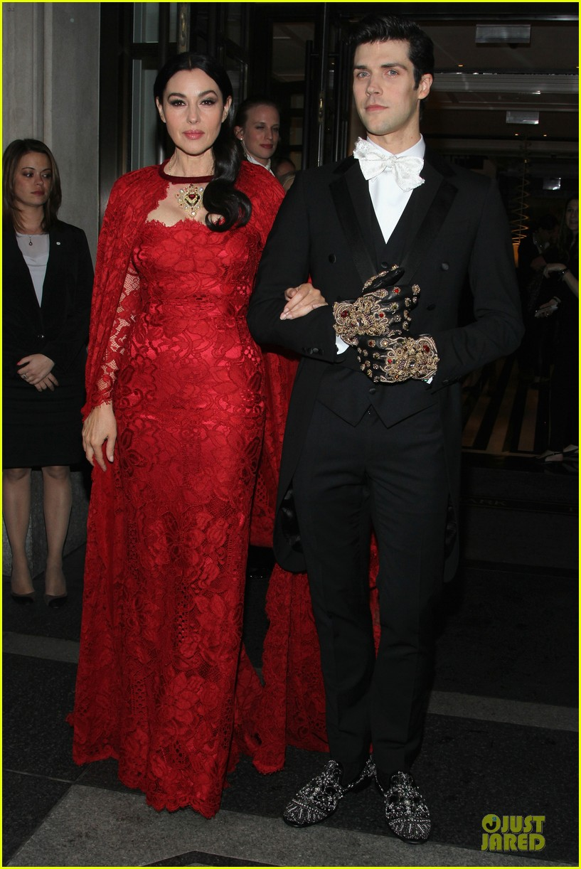 monica bellucci red cape met ball 2014 033106712