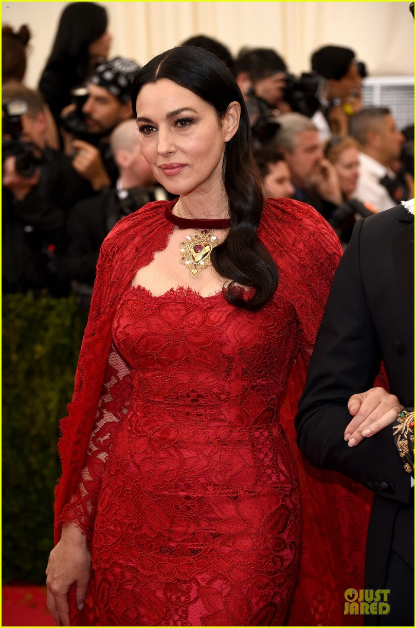 monica bellucci red cape met ball 2014 04